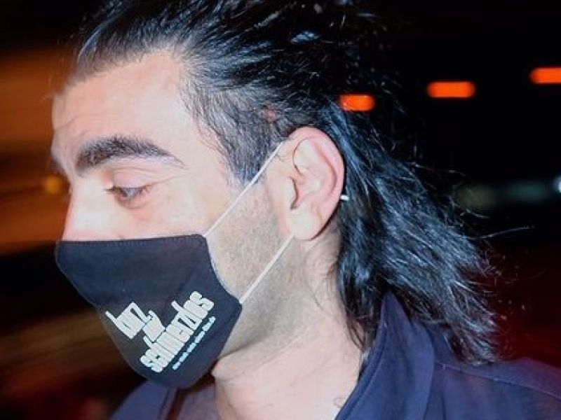 "Director Fatih Akin presenting his latest movie ""kurz nd schmerzlos"" with a face mask on."